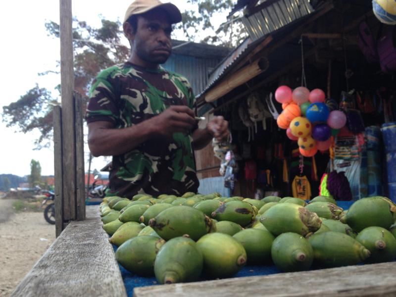 Warga Lagi beli Pinang Di Pasar Oksibil
