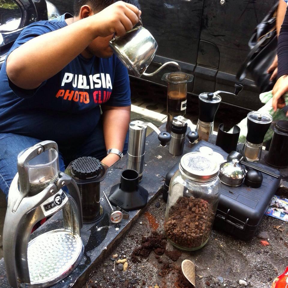 Bisma Lagi brewing kopi di #BerbagiKopi