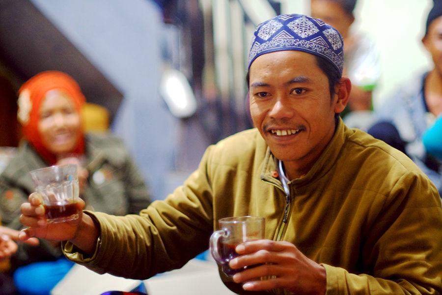 Moment saat petani mencicip kopi yg asli dan membedakan kopi instan yg biasa mereka konsumsi.